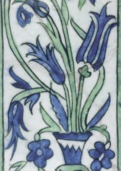 Iznik Fliese mit Blumenvase und Tulpen, türkisch, 17. Jahrhundert. Isnik Tile with a Vase of Flowers. Carreaux d'Isnik au vase de fleurs.