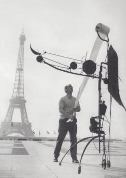 Jean Tinguely mit Meta-Matic No. 17 vor dem Eiffelturm, Paris 1959